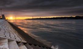 O despertar de Lisboa, de nascer do sol e de luz do sol em Lisboa imagens de stock