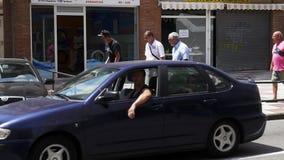 O desportista extremo aplica a graxa no trilho na rua ocupada da cidade da Espanha filme