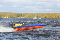 O desportista jejua no barco do poder no rio fotografia de stock