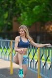 O desportista realiza exercícios em uma extensão Imagens de Stock