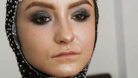 O destaque de Blendable com escova profissional é aplicado à cara do fim modelo acima Modelo da moça com video estoque