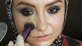 O destaque de Blendable com escova profissional é aplicado à cara do fim modelo acima Modelo da moça com filme