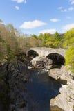 O destino escocês BRITÂNICO do turista de Escócia da ponte de Invermoriston cruza as quedas espetaculares de Moriston do rio Imagens de Stock Royalty Free