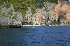 O destino o mais cênico, o mais aventuroso e romântico do destino do feriado em Tailândia é as ilhas de Ko Phi Phi imagem de stock