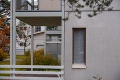 O detalhe da arquitetura de casa danificada dilapidou parede velha da construção em Finlandia Imagens de Stock Royalty Free