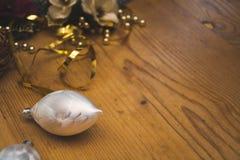 O detalhe da decoração de prata agradável da bola de vidro do Natal Foto de Stock