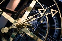 O detalhe de aço do pulso de disparo, vista lateral, mãos fecha-se Imagem de Stock Royalty Free
