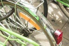 O detalhe de bicicletas coloridas do vintage estacionou em uma fileira em nascida, barra Fotografia de Stock