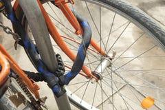 O detalhe de bicicletas coloridas do vintage estacionou em uma fileira em nascida, barra Imagem de Stock