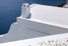 O detalhe de branco lavou casas tradicionais, Grécia, Santorini isl foto de stock