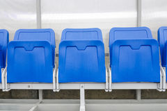 O detalhe de cadeira da reserva e o pessoal treinam o banco no estádio do esporte Imagens de Stock Royalty Free