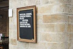 O detalhe de quadro com algum comer oferece em uma barra em Barcelo Foto de Stock