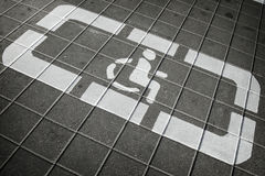 O detalhe de sinal desabilitou em um apoio do estacionamento Foto de Stock Royalty Free