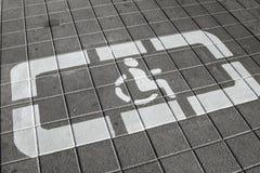 O detalhe de sinal desabilitou em um apoio do estacionamento Imagens de Stock