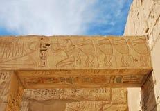 O detalhe de templo egípcio, descreveu babuínos e faraó fotos de stock royalty free