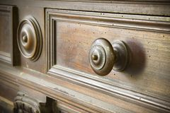 O detalhe de um botão velho girou - mobília velha de Toscânia - Itália de madeira, século XIX fotografia de stock
