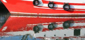 O detalhe de um navio refletiu na água do mar Fotografia de Stock Royalty Free