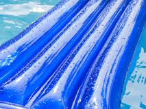 O detalhe de uma almofada inflável flutua em uma piscina Fotos de Stock