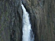 O detalhe de uma cachoeira pequena, a água deixa de funcionar abaixo das rochas imagens de stock