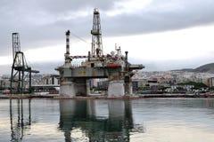 O detalhe de uma plataforma petrolífera velha, em Santa Cruz de Tenerife, canário é Fotos de Stock