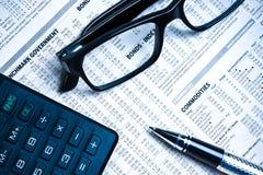 O detalhe de vidros aproxima a calculadora foto de stock royalty free
