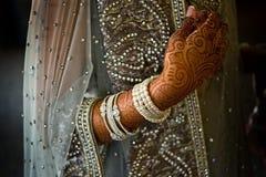 O detalhe disparou do henna na noiva indiana Fotografia de Stock Royalty Free