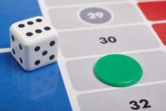 O detalhe do jogo de mesa de Parcheesi com dados e o jogo remendam fotografia de stock royalty free