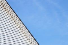 O detalhe do telhado exterior da casa da fachada aparou o tapume Imagens de Stock Royalty Free