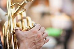 O detalhe em uma mão joga a tuba Foto de Stock Royalty Free