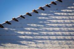 O detalhe nevado telhou o telhado Fotos de Stock Royalty Free
