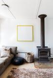O detalhe retro confortável da sala de visitas do calefator de madeira e o cigarro picado empilham o tapete Fotos de Stock Royalty Free