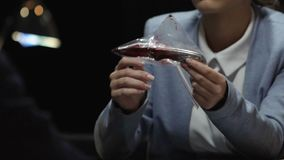 O detetive que mostra à faca ensanguentado criminosa com o seu imprime encontrado na cena de assassinato video estoque