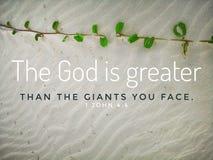 O deus é maior com projeto do verso da Bíblia para a cristandade com fundo do Sandy Beach foto de stock royalty free