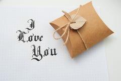 O deus do texto abençoa o na textura de papel e a caixa de presente com coração Fotos de Stock Royalty Free
