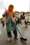 O devoto sikh varre a estrada com os pés descalços no festival 2013 de Baisakhi em Bríxia Fotos de Stock