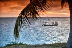 O Dhow balança no mar no por do sol Foto de Stock Royalty Free