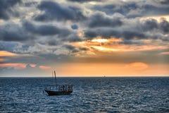 O Dhow balança no mar no por do sol Fotografia de Stock