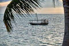 O Dhow balança no mar no por do sol Fotos de Stock