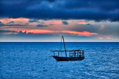 O Dhow balança no mar no por do sol Imagens de Stock Royalty Free