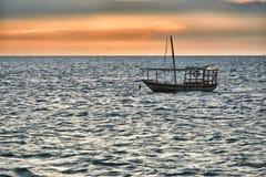 O Dhow balança no mar no por do sol Fotos de Stock Royalty Free