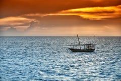O Dhow balança no mar no por do sol Imagens de Stock