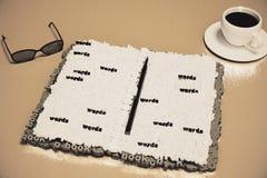 O diário compôs das letras em uma tabela de madeira com a xícara de café Foto de Stock Royalty Free