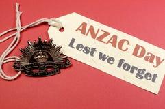 O chapéu australiano da aumentação Sun do dia WW1 de ANZAC Badge com a fim de que não nós esqueçamos a mensagem Imagem de Stock
