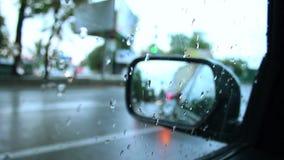 O dia chuvoso dentro da estrada molhada da opinião do carro deixa cair na janela video estoque