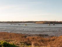 O dia claro disparou de um rio e do banco Fotografia de Stock