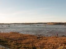 O dia claro disparou de um rio e do banco Imagem de Stock Royalty Free