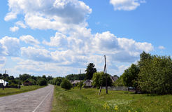 o dia da grama da natureza do verão da árvore da casa da manhã da paisagem do céu nubla-se a estrada dos verdes do verão da vila Fotos de Stock Royalty Free