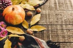O Dia das Bruxas ou ação de graças feliz abóbora de outono com folhas e Fotografia de Stock