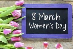 O dia das mulheres felizes com tulipas Fotos de Stock