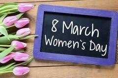 O dia das mulheres felizes com tulipas Imagem de Stock